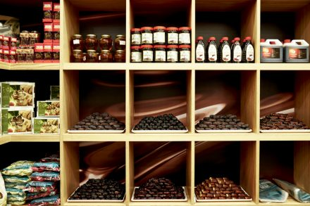 Image of dates on sale in mid-tier date shop
